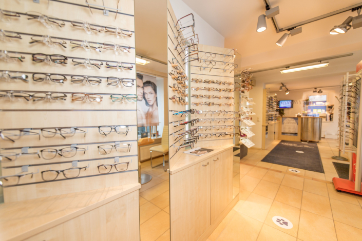 Brillenauswahl bei Optik Lenggries